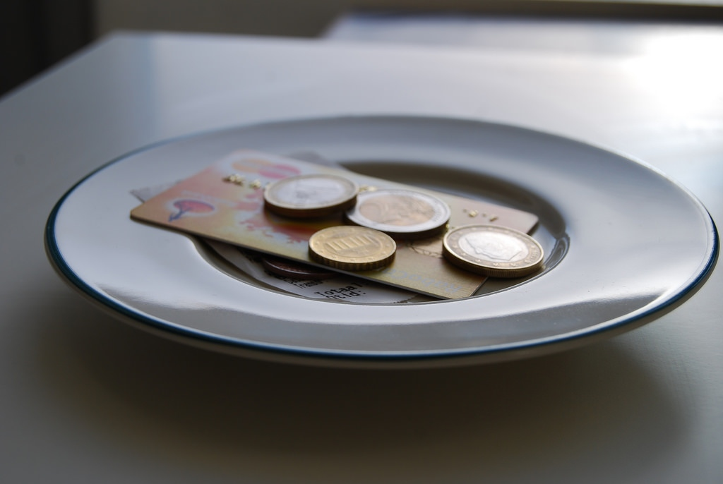 A plate with change and bank cards on it